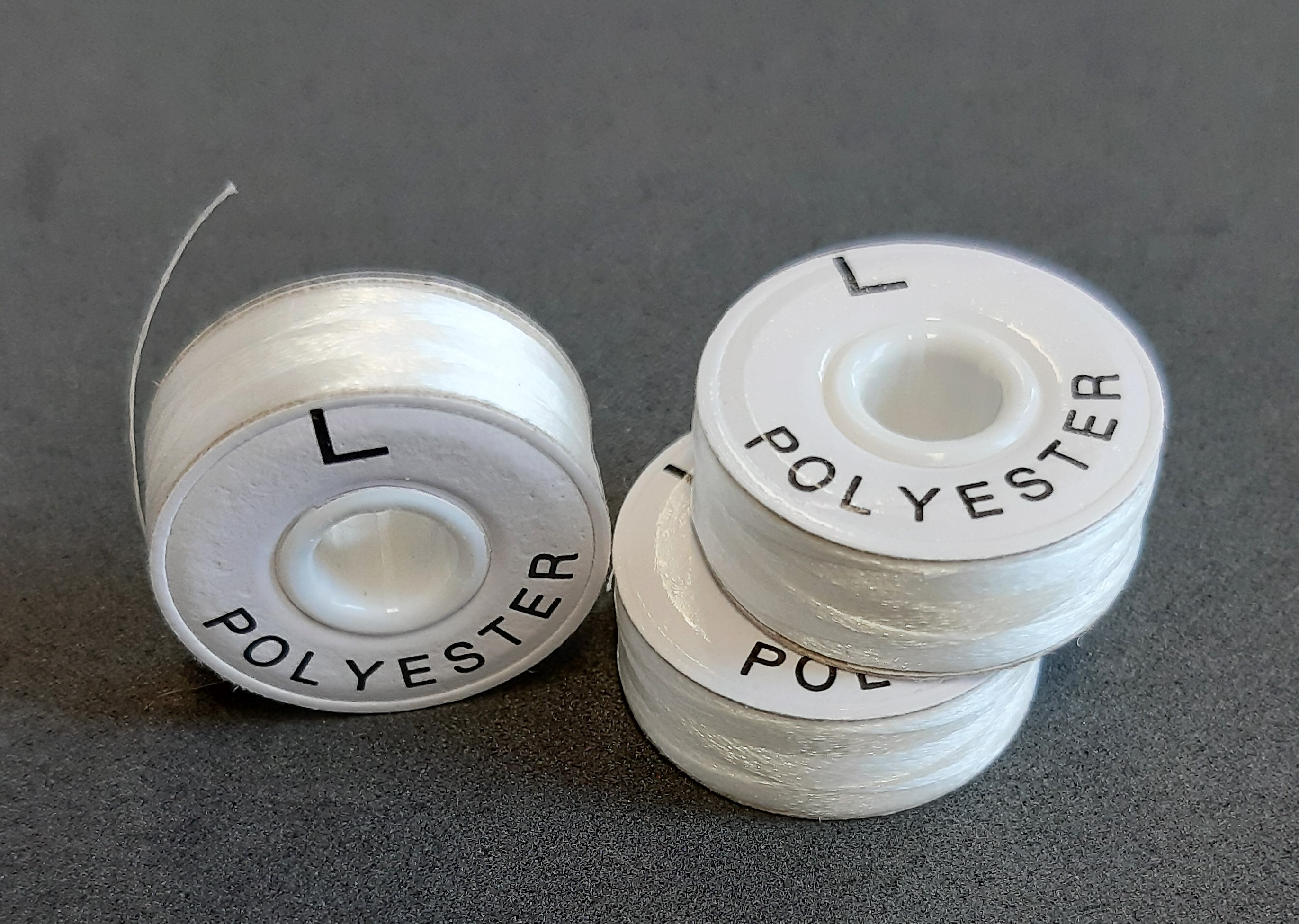 LNS-123W nit předvinutá polyester bílá s kartonovým bokem, 75D/2